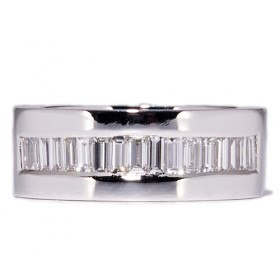 White gold wedding ring with 17 diamonds