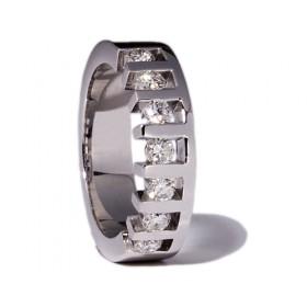 White gold wedding ring with 7 diamonds