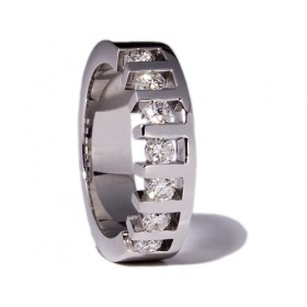 White gold wedding ring with 7 diamonds